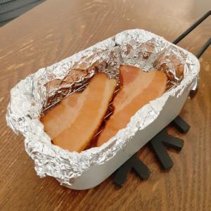 おうちでキャンプ飯 メスティンで超簡単ベーコン燻製とトマトチーズごはん