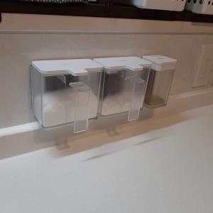 キッチン台すっきり!マグネットが付かない壁にマグネットで浮かせる調味料ストッカー