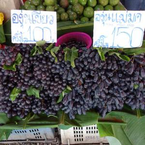 リス族の市場で見つけたブドウ