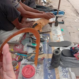 グルガオンで青空靴修理(笑)