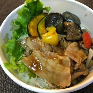 テイクアウトで豚肉と彩り野菜のピリ辛丼~!