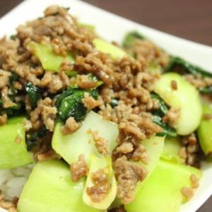 【レシピ】 ご飯がすすむ! チンゲン菜と豚ひき肉のオイスターソース炒め丼