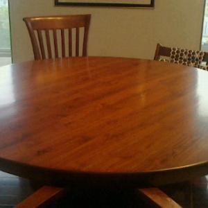 我が家の中心ともいえるダイニングテーブル。修理に出したら、やっぱりお代はなかなかのものだった(汗)