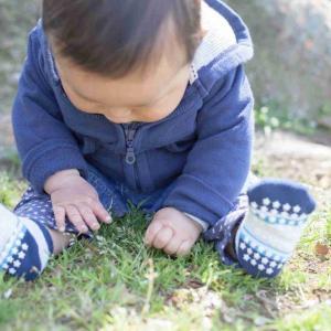 """赤ちゃんへの""""靴下履かせろ攻撃""""…暑い日の屋外でも本当に必要? 日本小児科医会に聞いた"""