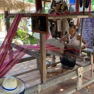 ドイサケットにあるタイルー族の織物体験カフェ