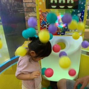 はじめてのゲーム体験をする2歳児