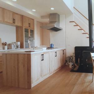 【Ⅱ型キッチン】ウッドワンのスイージーはステンレス天板と無垢の木がグッドマッチ!