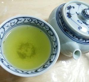 朝の緑茶、じっくりと立つ休日のスタートライン*