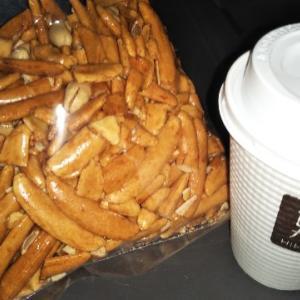 トラックドライバーのおやつ 純米大柿ピー、ホットコーヒー