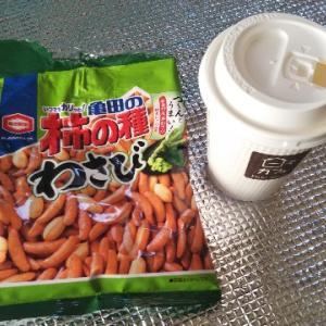 トラックドライバーのおやつ♪柿の種とホットコーヒー