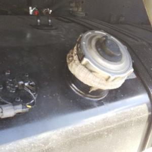 トラックの燃料タンクの交換