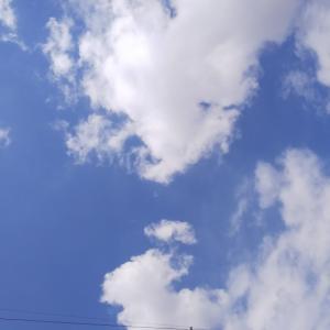 休日の空。