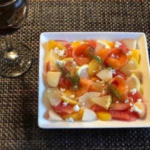 スモークサーモンとフルーツたちのコラボ「ARAMA!綺麗なサラダ」