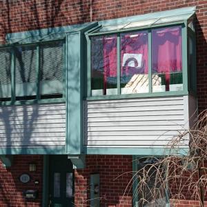 なぜ?新型コロナ感染拡大の中、ケベックの街に虹の絵が飾られる理由