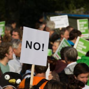 とんだ勘違い ルゴー州首相の自宅前で抗議活動…のはずが??