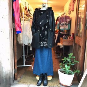 ♪黒ペイズリー柄ビーズ刺繍ニット×フードつき黒レザージャケット×インディゴ染マキシスカート
