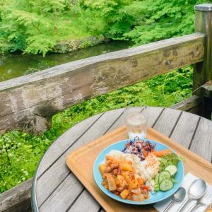 池と森を見渡すテラスでトルコ料理、青梅・岩蔵温泉の、カフェ・ユバ