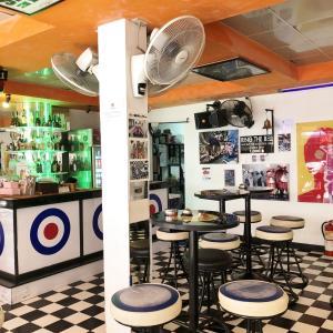 Scooter's Bar(スクーターズ バー)でビールを味わう!ソイ6にあるお洒落なモッズテイストバー!