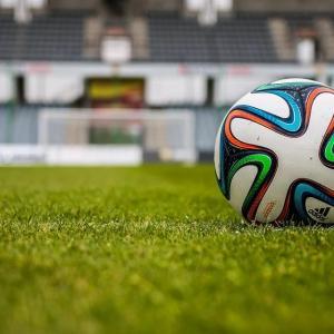 アマチュアのフットボールチームが37-0で負ける。社会的距離を取りながら試合を行ったため。