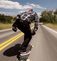 【バカ】スケボーで配送車の荷台後ろにつかまって路上を滑る動画が出回る[Tik Tok]