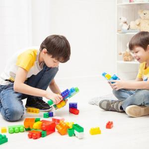 道具を使わない遊びで大人と子どもが一緒にできる室内遊びと外遊びは?