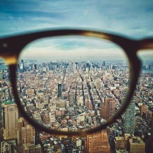 【疑問】メガネレンズに映る二つの光の謎。