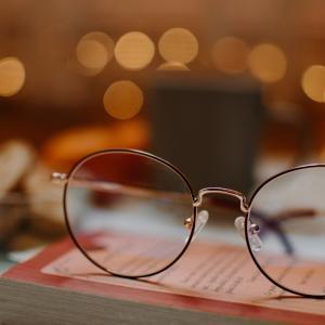 【解決】メガネレンズに映る二つの光の謎。