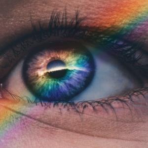 ガラスが連れてきた虹の部屋。