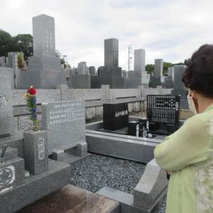 いつも隣のお墓が気になる母