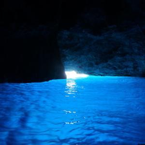 カステロリゾ島のとんでもなく美しい青の洞窟【ギリシャ】