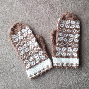 michiyoさん「じっくり編んで永く愛せるニットのふだん着」よりかぎ針編みの編込みミトン【画像あり】