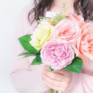 母の日にはカーネーションを贈りませんか。色別の花言葉を紹介します。