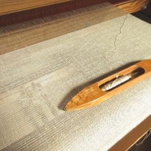 織り始める。