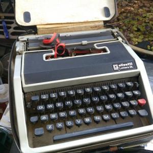 メルカリでタイプライター【オリベッティ レッテラ DL】を買いましたー。