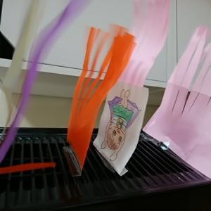 扇風機前のハナコちゃんマンと色んな色のハナコちゃん