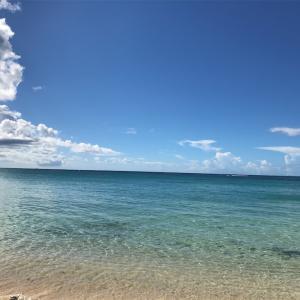 海の青さと空の青