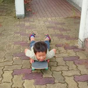【東京】スケートボードで腹ばいになって滑っていた男児(4)、ワゴン車の下敷きになり心肺停止  40代の男逮捕