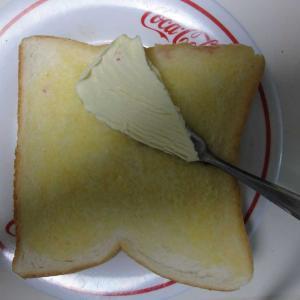 硬いバターを食パンに薄く塗る超簡単な方法。