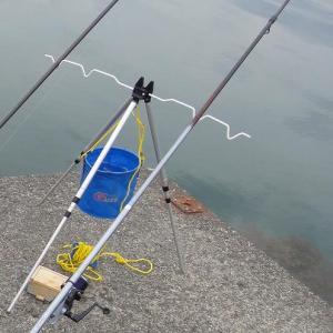 投げ釣りには竿立ての三脚に水汲みバケツがあると便利な件