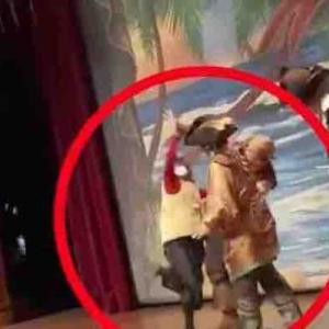 上海ディズニーランドで女性が舞台に上がり俳優を殴打 舞台の筋書きに不満か