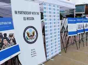 ジュネーブの国連ビル前で亡命ウイグル人の写真展「失踪者の壁」開催 米国政府が支援 中国政府は激怒