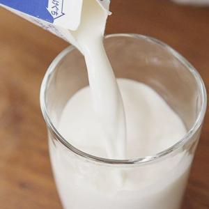 """【飲んで応援】牛乳""""余り""""一転…このままでは、この夏は牛乳不足に"""