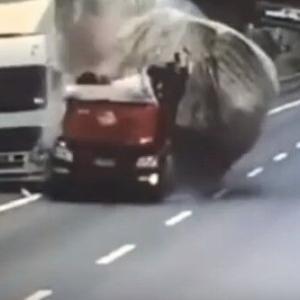 定点カメラ・トラック粉砕事故動画