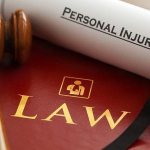 弁護士はまだ儲かる職業なのか?以前と比べ収入は減少しています。
