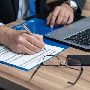 弁理士って儲かる職業なの?平均年収やどうすればなれるのかを簡単にまとめます。