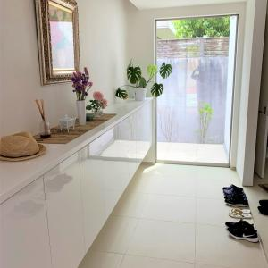 玄関は家の中でも主役級。ピロティに抜ける広い玄関で「遊び心」をとりいれる