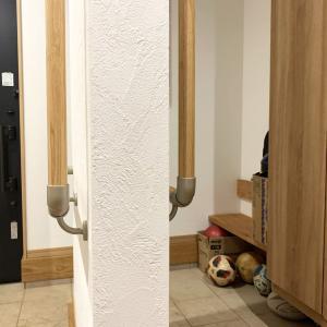 玄関の壁の仕切りは収納スペースを隠したい場合に最適。工夫次第で見た目もスッキリ