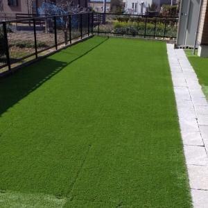 緑は好き!だけど手入れが面倒な人は人工芝に変えてメンテゼロの素敵な庭へ。