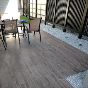 庭は木目調のタイルデッキでウッドデッキのような風合いへ。寸法は細かくチェック