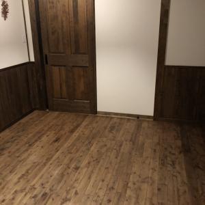無垢材の床は良し悪しが大事。桜の木を暗く塗装するとレトロ感が増す